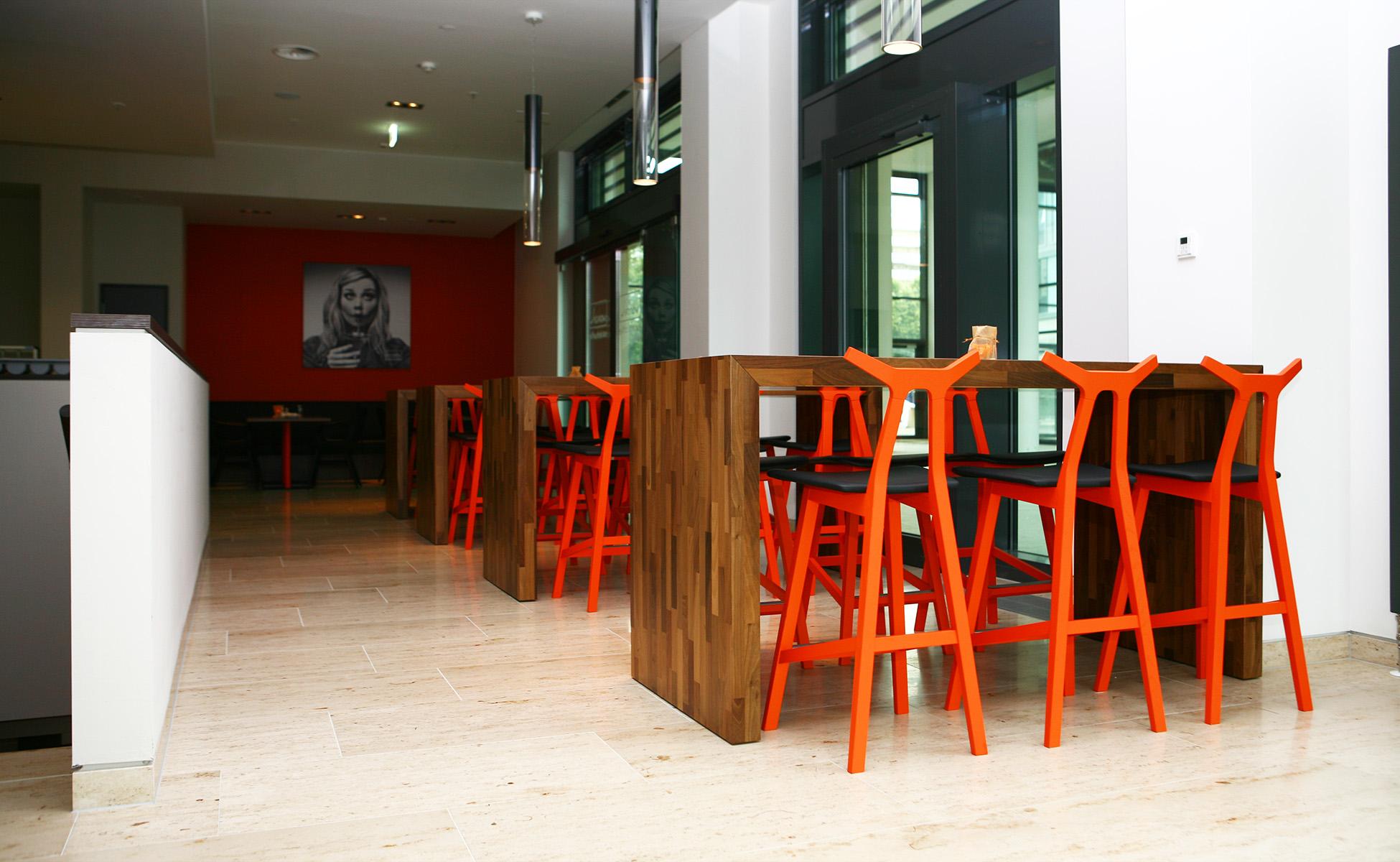 03 einrichtung farbkonzept nara barhocker fredericia furniture berlin by steidten+
