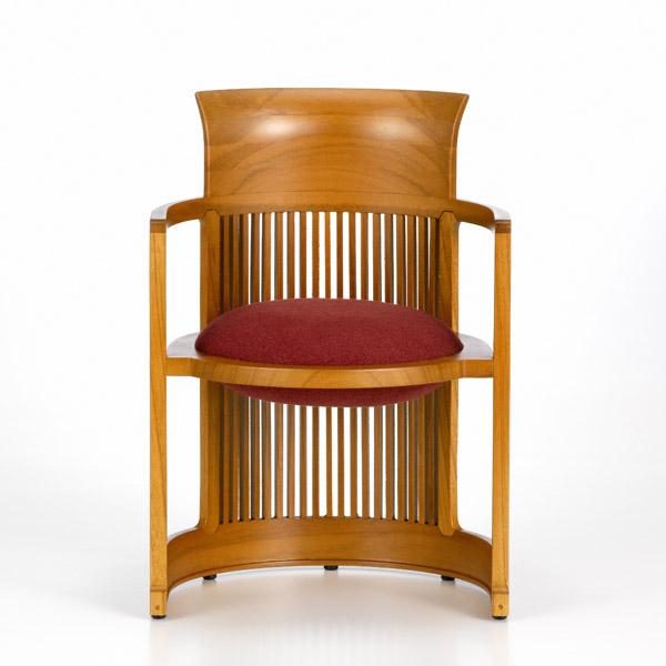 barrel chair frank lloyd wright 1904 vitra miniatures collection - Dieser von Frank Lloyd Wright im Jahr 1904 ursprünglich für das D. D. Martin House in Buffalo, New York entworfene Stuhl mit Kultsymbolcharakter war aufgrund seiner runden Form eine Reminiszenz an seine früheren linearen Möbelentwürfe. In seiner Urform wies er eine aufgeweitete Rückenlehne, rechteckige Stützstreben und eine runde Sitzfläche mit doppelseitigem Kissen auf. 1937 schuf Frank Lloyd Wright eine unter der Bezeichnung »Wingspread« bekannte, größere Neufassung des Barrel Chair mit gewissen Veränderungen bei der Formgebung für den Wohnsitz von Herbert F. Johnson, um das Design an die weitläufigen Räumlichkeiten und hohen Zimmerdecken anzupassen.