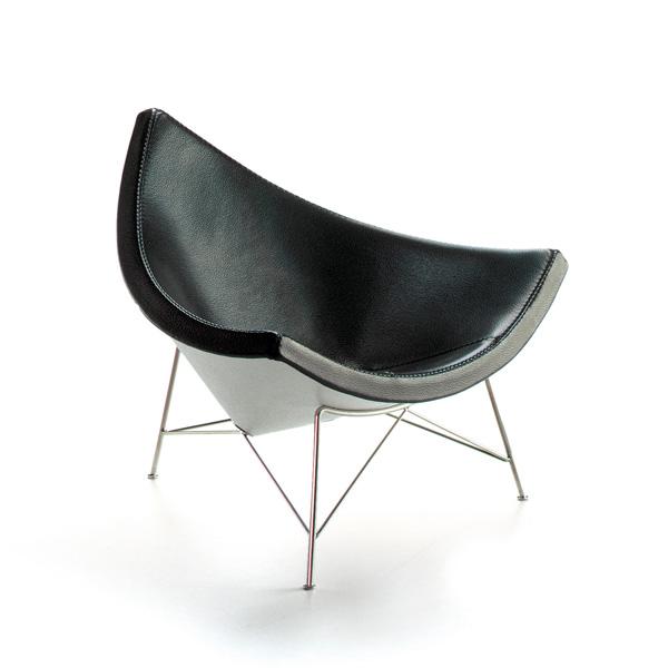 vitra miniatures collection coconut chair, 1956 george nelson - George Nelson entwirft, entgegen der Tendenz Sitzmöbel den Bedürfnissen des menschlichen Körpers anzupassen, Sitzobjekte aus dem Formenkanon der spontanen, populären Alltagskultur. Die entscheidenden Impulse für seine Formen fand er in der Kunst der 50er Jahre. Seine zeichenhaften Statements förderten eine neue, betont lässige Art des Sitzens. Die Schale der Kokosnuss inspirierte Nelson zum Coconut Chair. Die Sitzschale besteht aus einem gebogenen Stück Aluminiumblech mit Polsterung. Das dreibeinige Untergestell aus Stahlrohr wird durch feine Querstangen stabilisiert. Es entsteht der Eindruck, das Gestell spanne die schwebende, schwungvolle Form und fixiere sie am Boden.