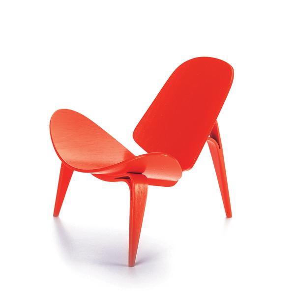 Hans J. Wegner gilt als bedeutender Erneuerer der Tradition im Möbelbau und als Initiator der dänischen Moderne. Zur Zeit seines 3-Benet Skalstol Entwurfes stellte die zweidimensionale Verformung von Schicht- und Sperrholz keine Neuheit mehr dar. Wegner führte bei diesem Modell zur Stabilisierung der Beine jedoch eine technische Raffinesse ein, indem er das schichtenverleimte Gestell an den Beinkrümmungen in zwei Stränge teilte, die sich gegenseitig im Winkel halten. In der Gestaltung und Farbgebung ließ er sich stark von der japanischen Tradition inspirieren. Das hier vorgestellte Modell existiert nur als Prototyp mit und ohne Polsterung.