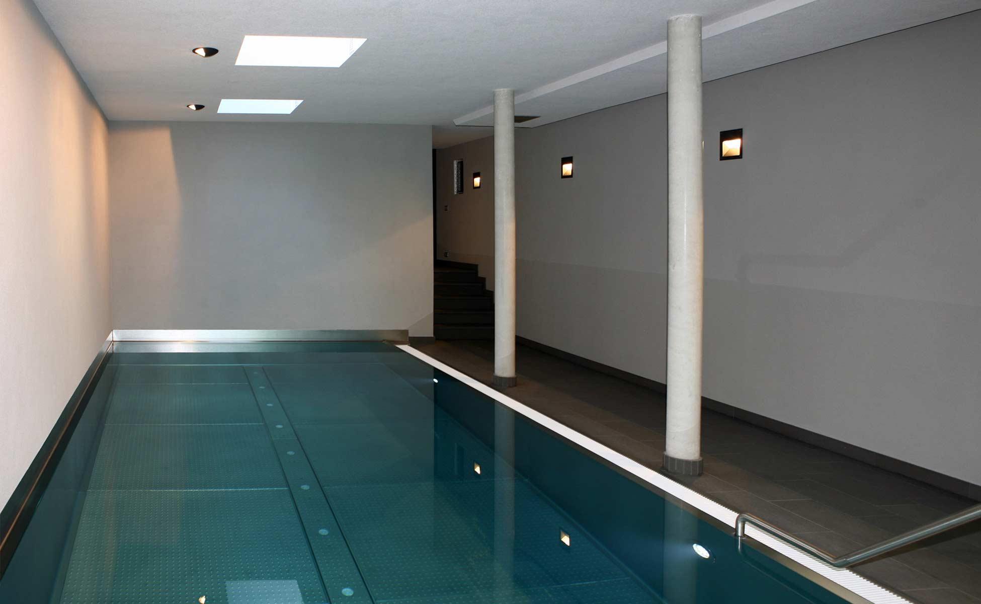 schwimmhalle mit edelstahlbecken by steidten+ in berlin