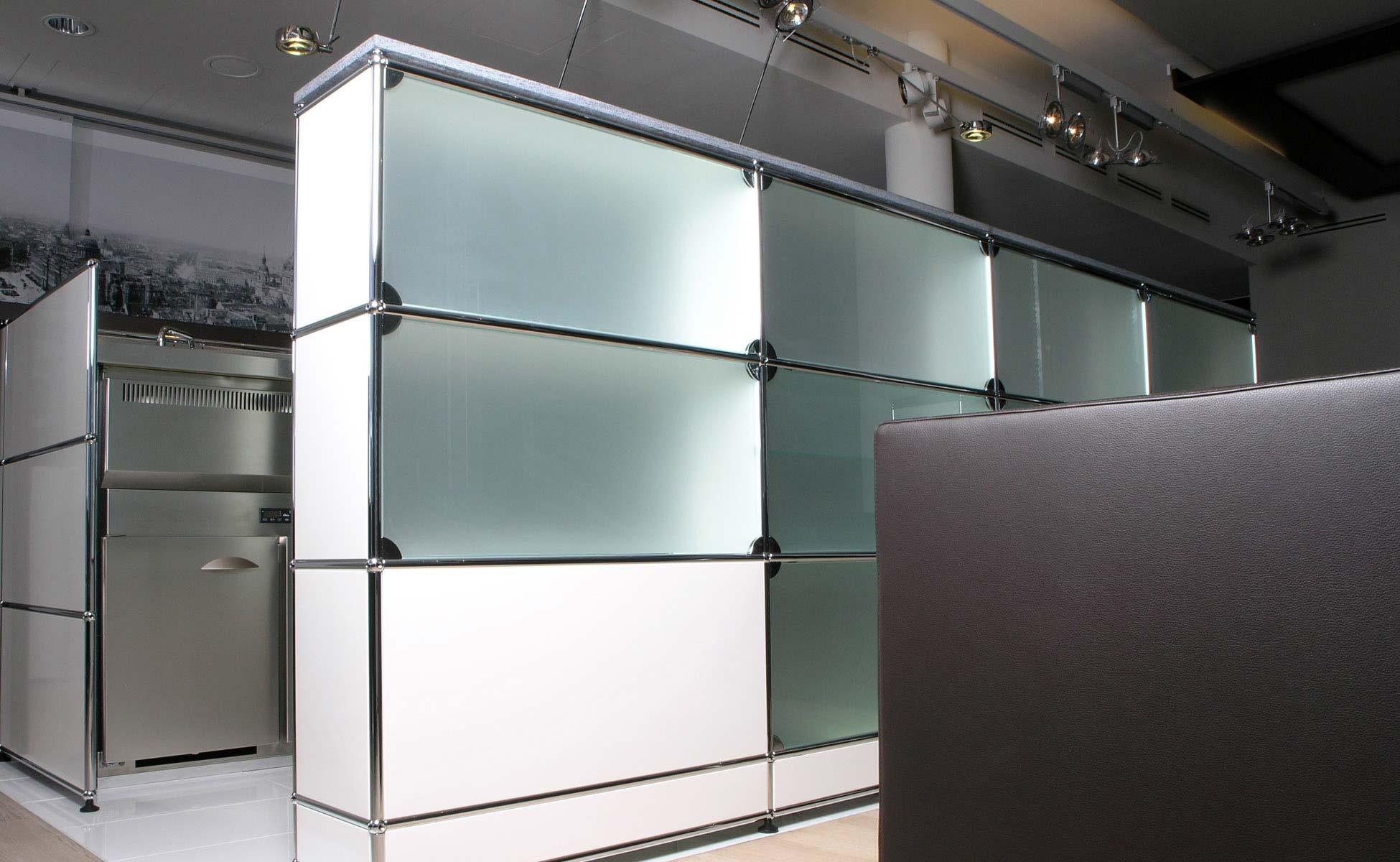 Lounge und Lobby Einrichtung USM Haller Glas Theke mit Licht von steidten+ Berlin